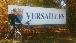 Ugo à Versailles avec son vélo